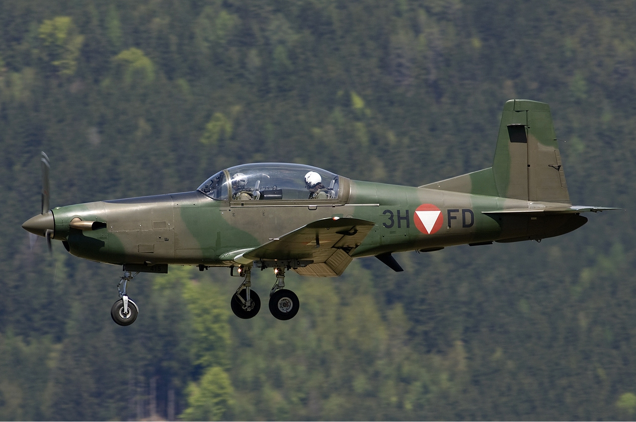 Austrian_Air_Force_Pilatus_PC-7_Lofting-1.jpg