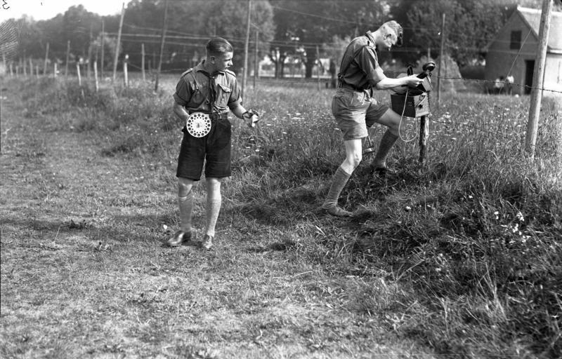Zwei Mitglieder der HJ beim Verlegen von Feldtelefonkabeln als Wehrertüchtigung, 1933