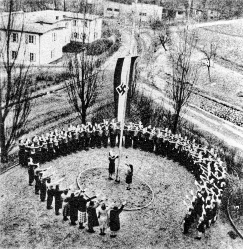 Bundesarchiv Bild 146-1983-056-13, Kinderlandverschickung, Flaggenappell im KLV-Lager.jpg