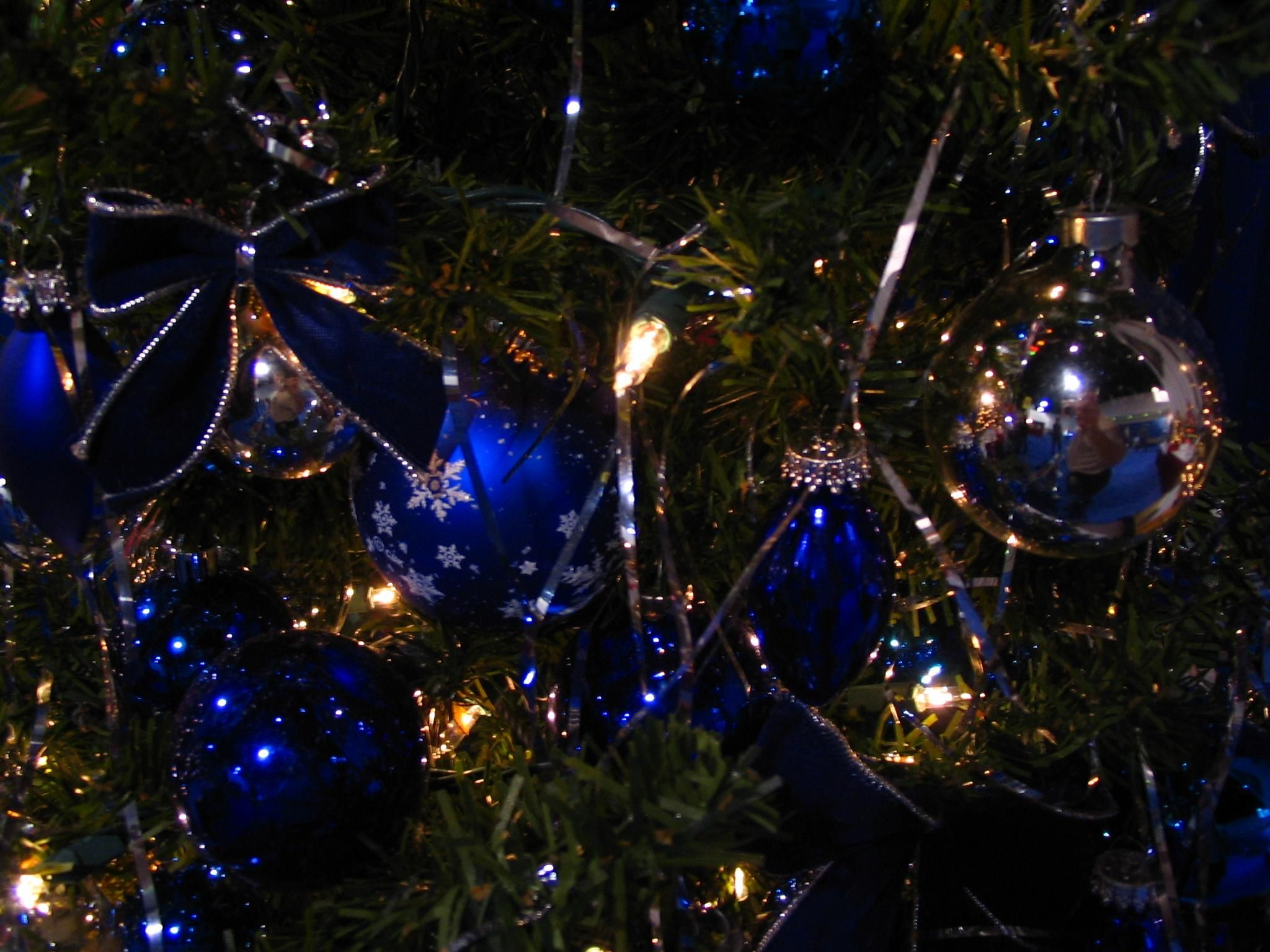 Glass decorations - File Christmas Decorations With Blue Glass Ornaments Jpg