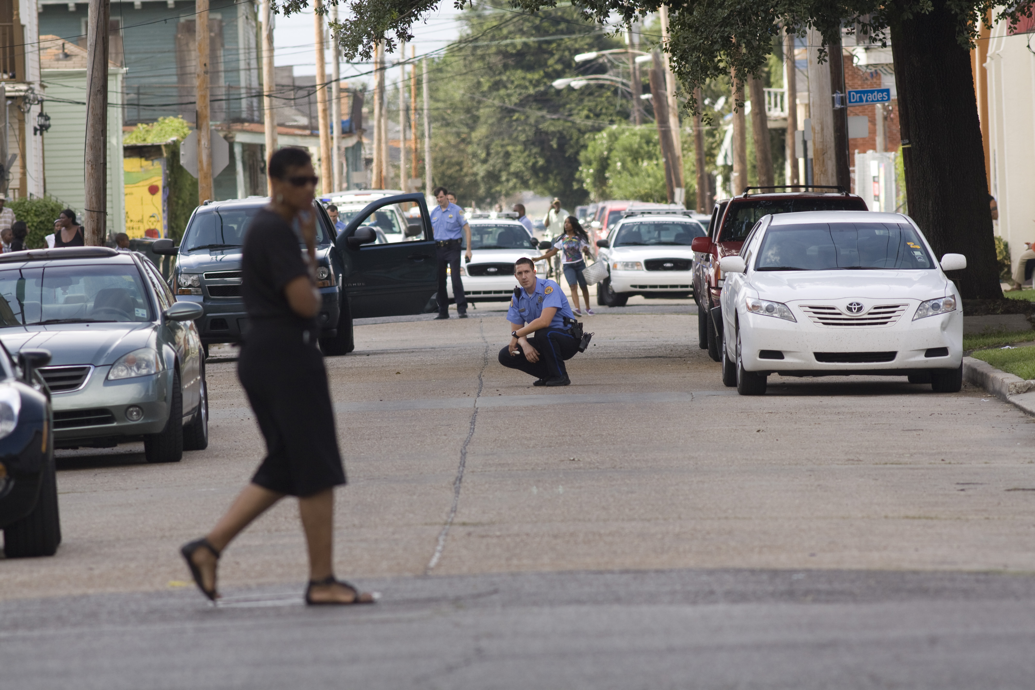 Description Crouching Policeman 1st Street Crime Scene.jpg
