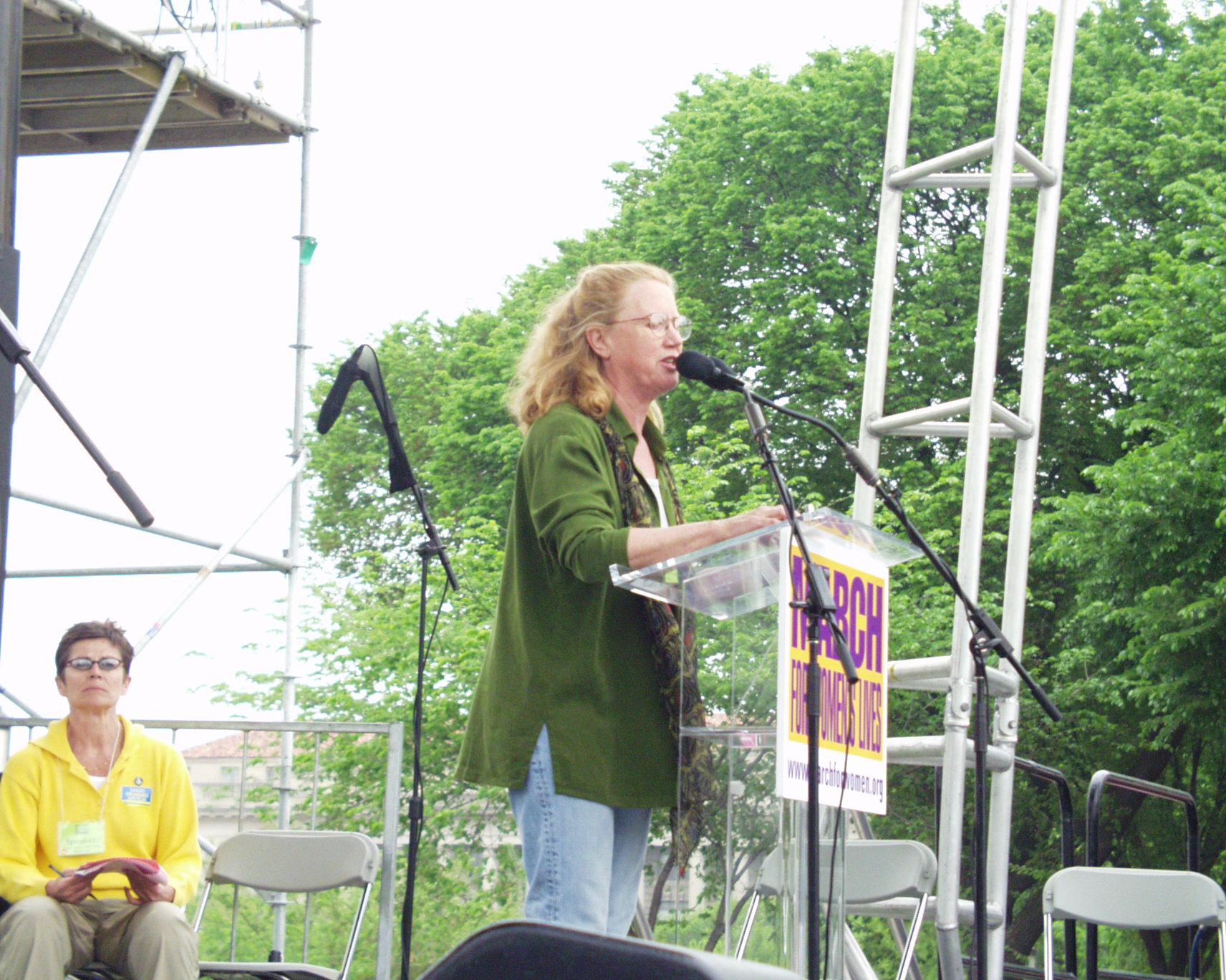 Holly Near en una marcha por los derechos de la mujer en el año 2004.