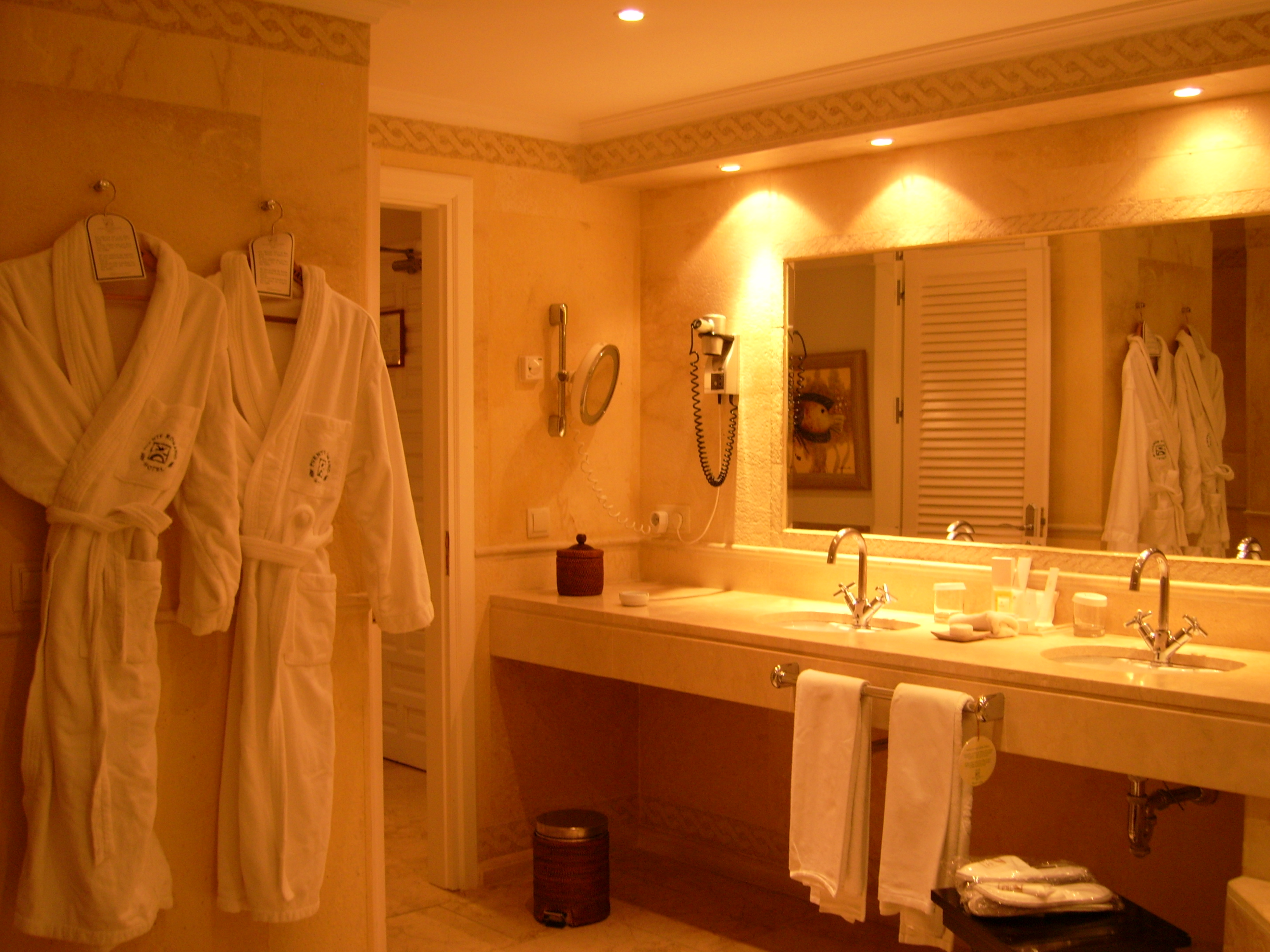 File hotel suite bathroom jpg wikimedia commons for Y hotel shared bathroom