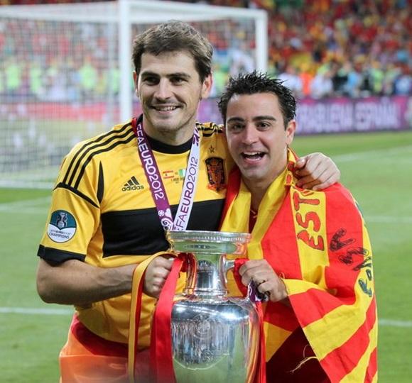 File:Iker Casillas and Xavi Euro 2012 trophy.jpg - Wikimedia Commons