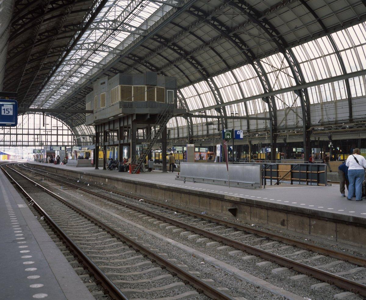 File interieur overzicht van de perrons met spoorbanen for Interieur nederland