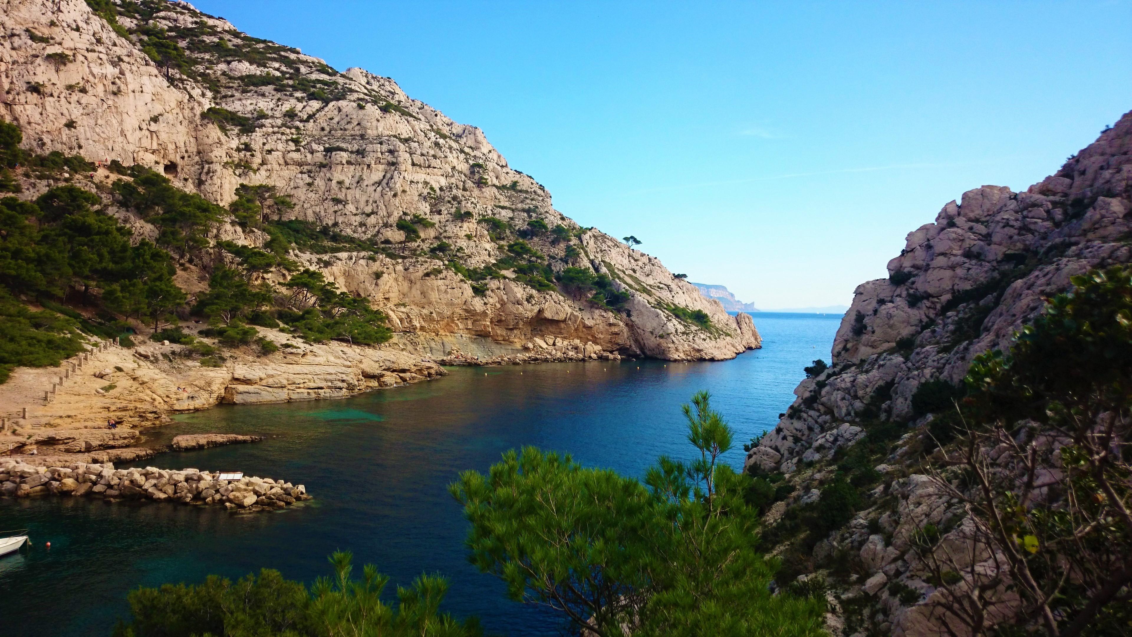 File:Les Calanques de Marseille et la roche.jpg - Wikimedia Commons