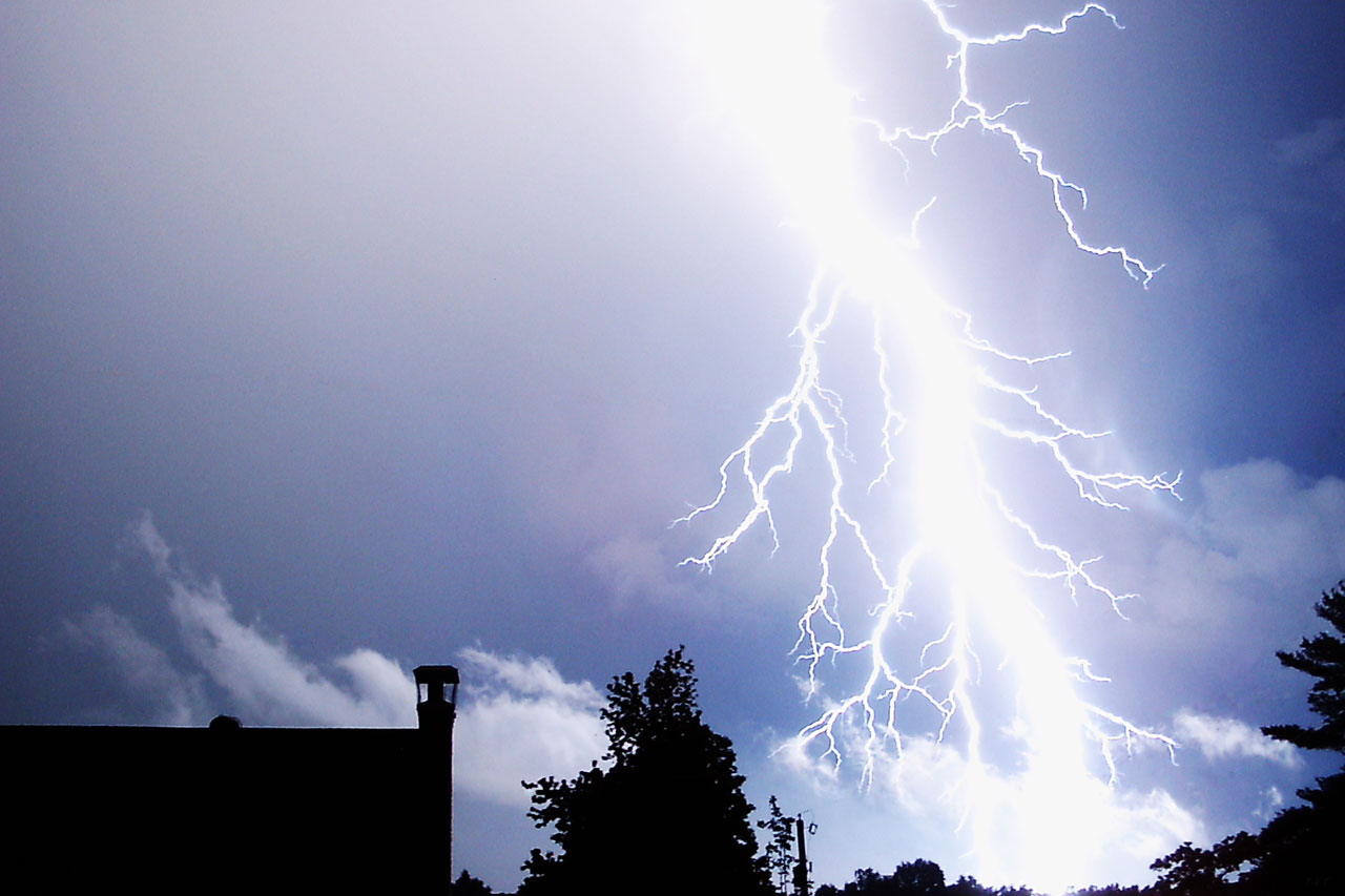 http://upload.wikimedia.org/wikipedia/commons/3/33/Lightning_Strike_new.jpg