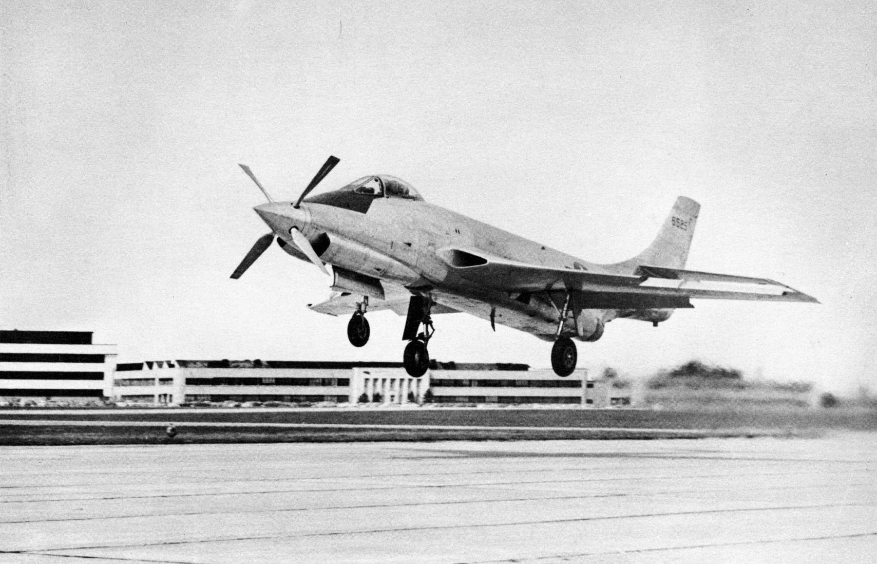 Le jet record qui hante encore un pays McDonnell_XF-88B_%28SN_46-525%29_turboprop_landing_060728-F-1234S-038
