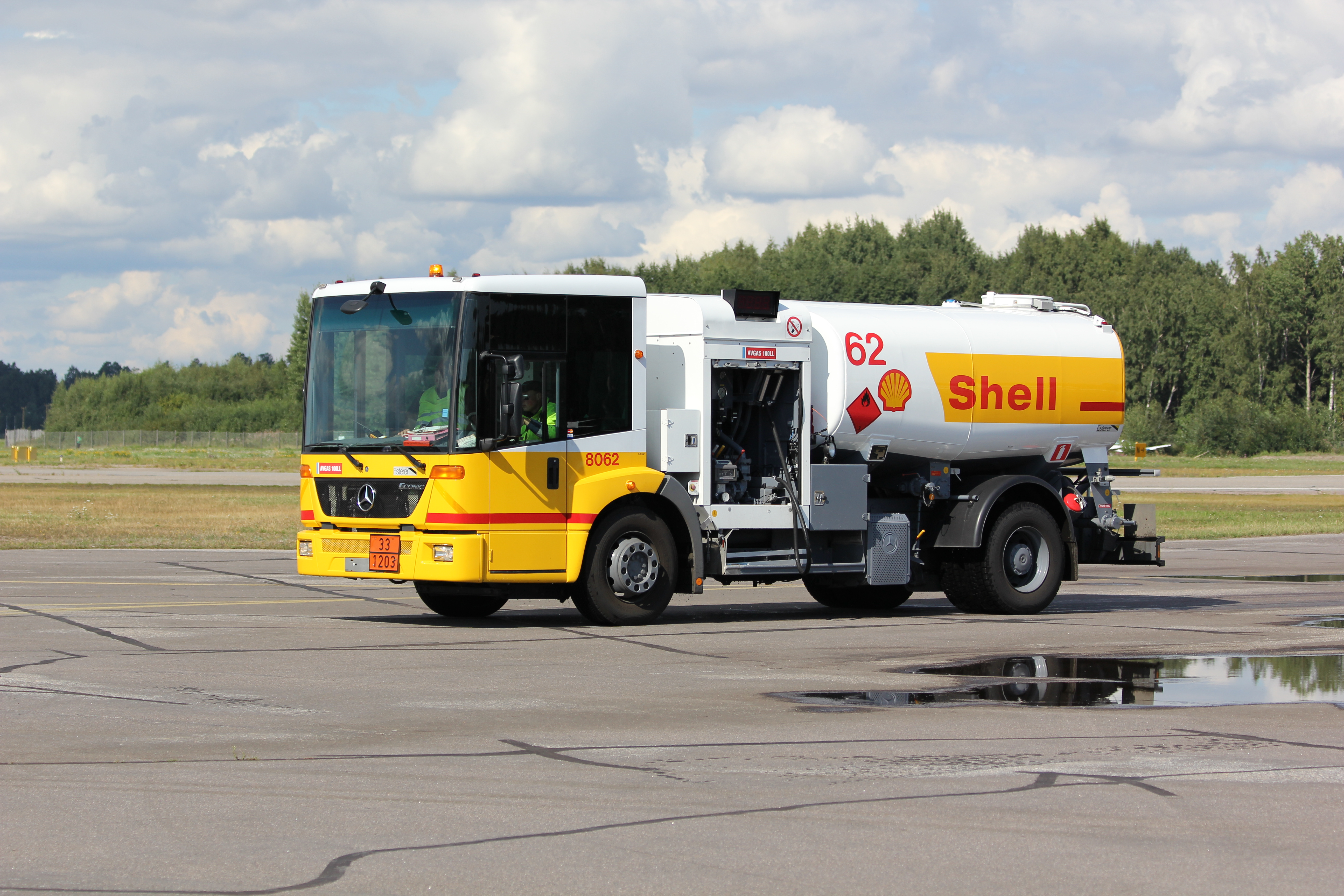 File:Mercedes-Benz Econic airport tanker Malmi 1.JPG