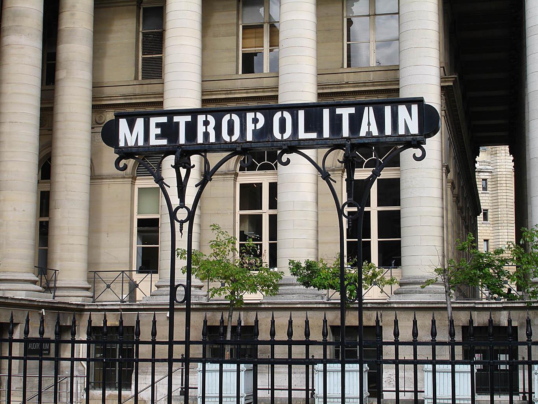 Vue du panneau d'entrée de la station, devant le palais Brognard.
