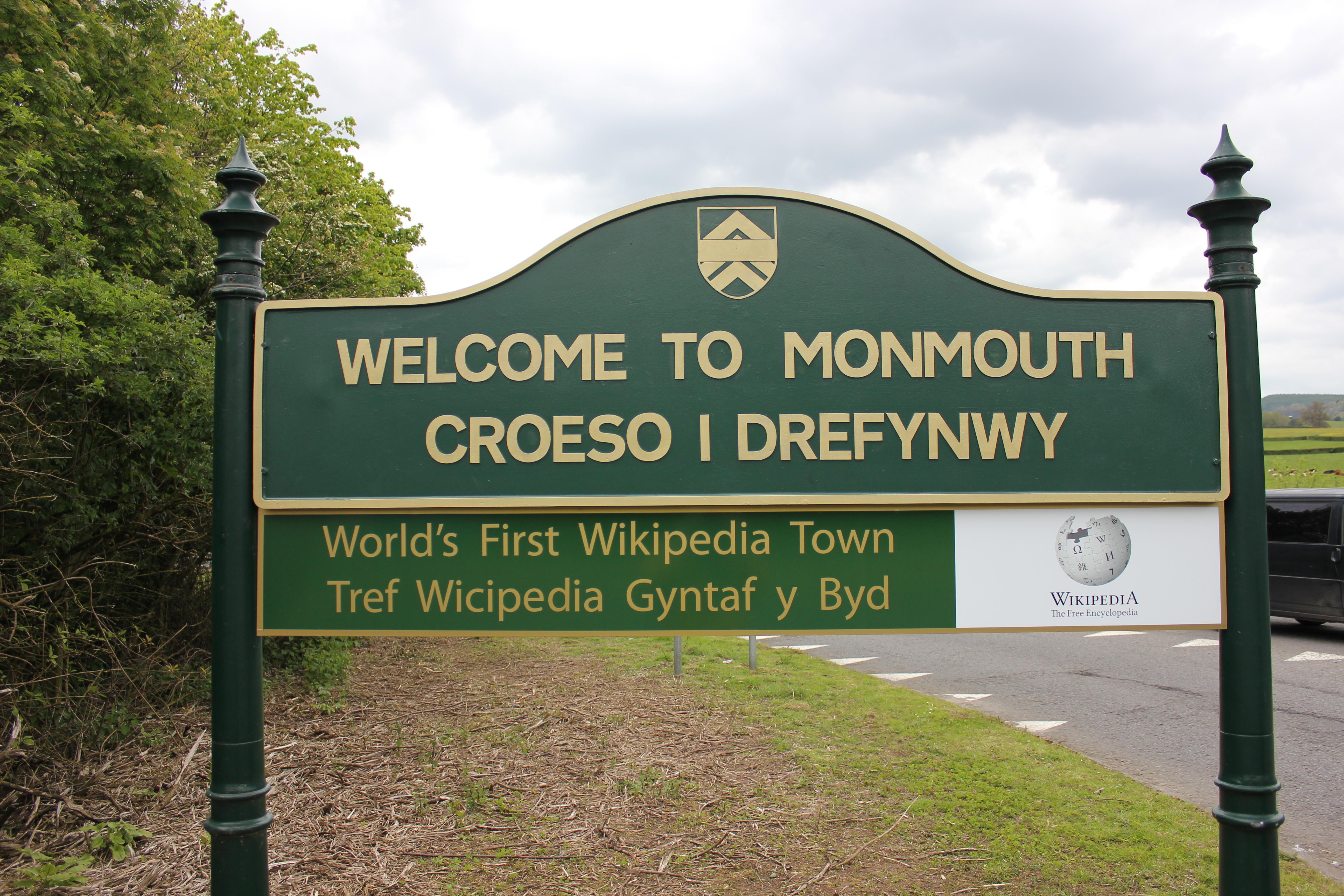 世界初の Wikipedia Town とされるMonmouth(モンマス)。町の案内板にウィキペディアのロゴが付いている。