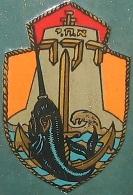 """סמלה של אח""""י דקר – דג חרב על רקע עוגן וגלי הים. עוצב בידי מ' אריה"""