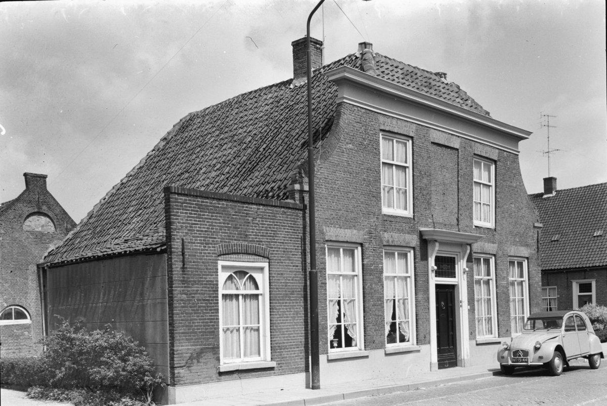 Huis onder schilddak en met lijstgevel waarvan de bovenhoeken ingezwenkt zijn ingang met - Huis ingang ...