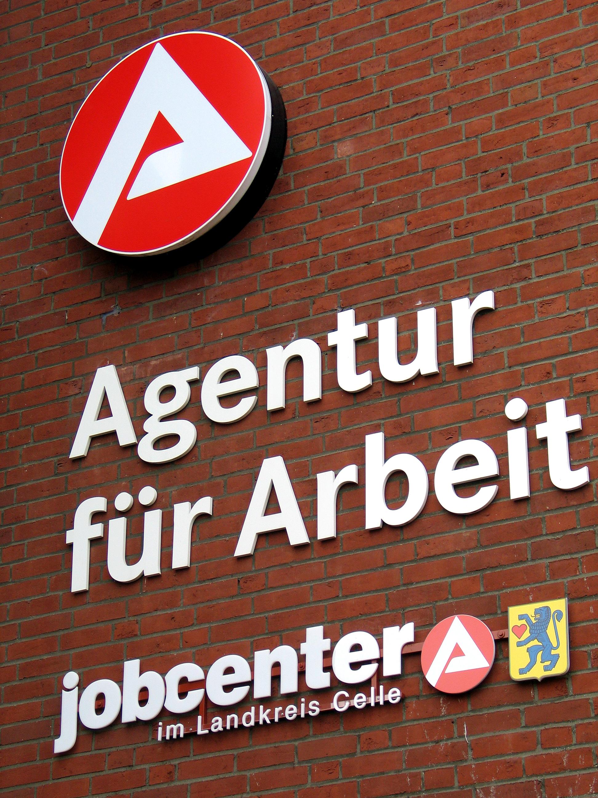 Agentur für Arbeit jobcenter im Landkreis Celle Logos und Embleme am Gebäude Georg Wilhelm Straße 14 in Celle
