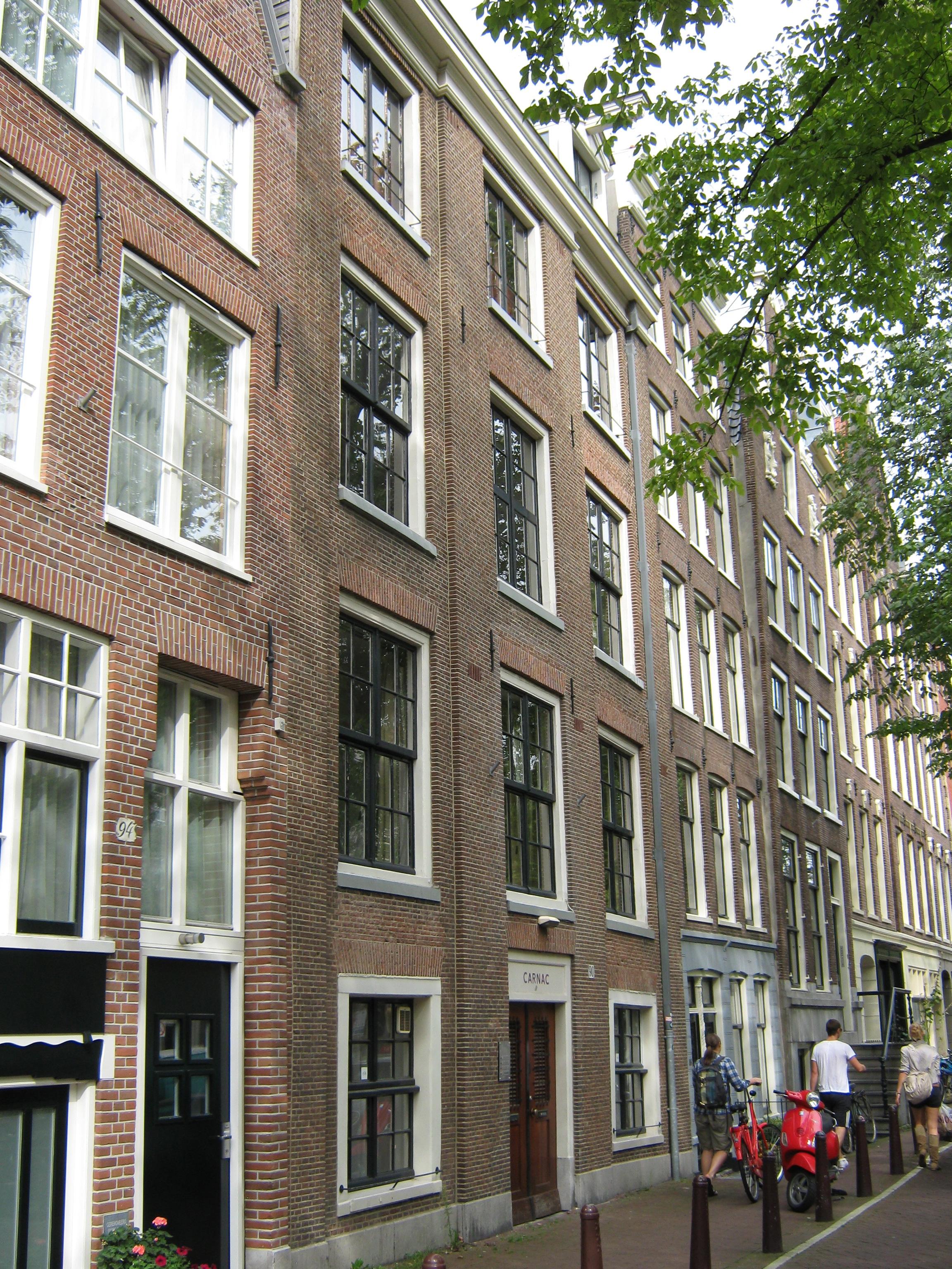 Breed huis van drie vensterassen met gevel onder rechte for Lijst inrichting huis