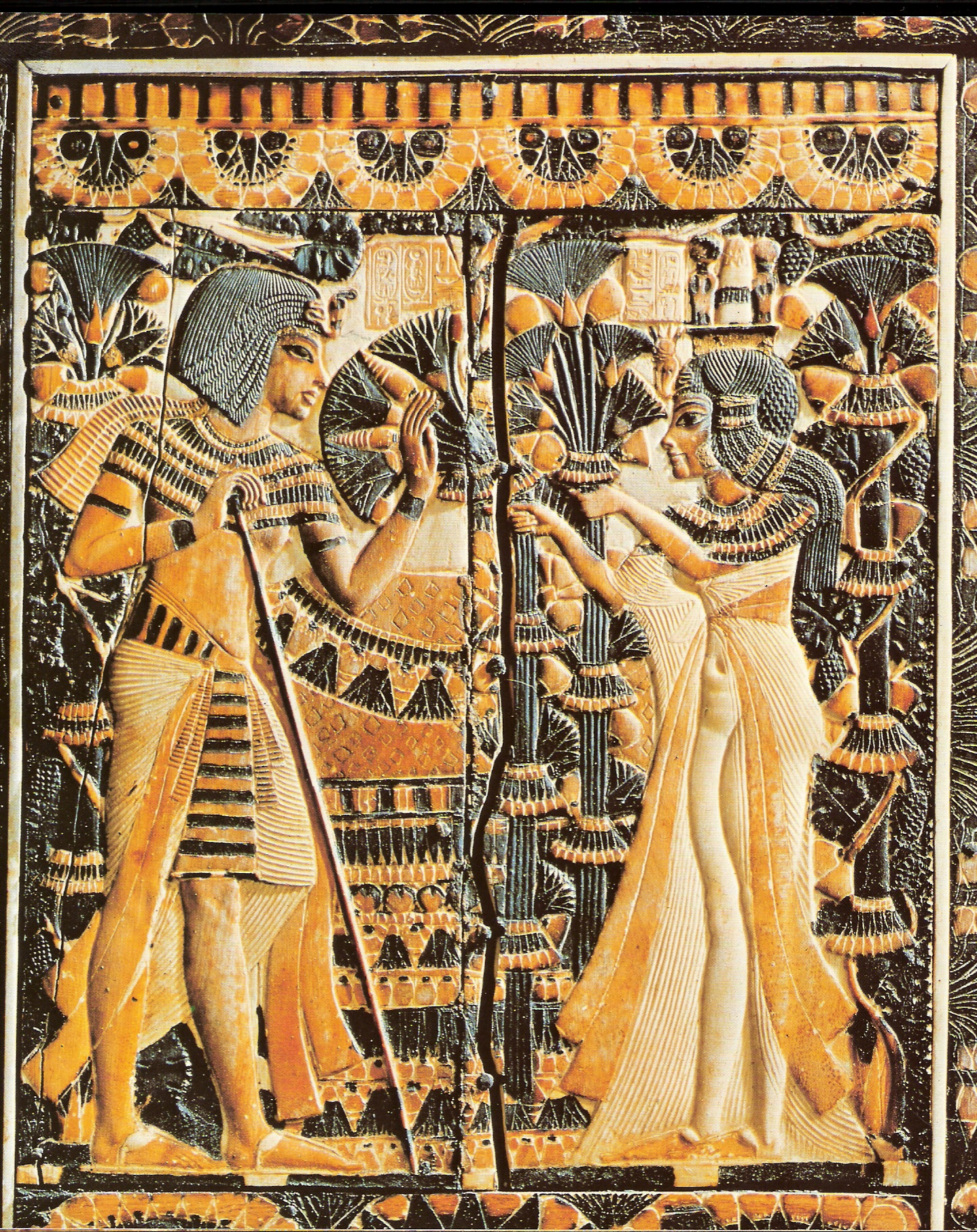 pokrywa skrzyni w grobowcu Tutenchamona, Tutenchamon otrzymuje kwiaty od żony,  Tutankhamun receives flowers from Ankhesenamun; źródło: Wikipedia