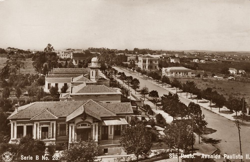Foto van Avenida Paulista rond 1900 door Guilherme Gaensly. Bron Wikipedia: https://pt.wikipedia.org/wiki/Guilherme_Gaensly