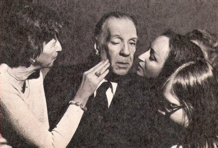 Jorges Luis Borges y un grupo de admiradoras.