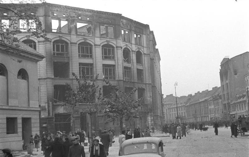 http://upload.wikimedia.org/wikipedia/commons/3/34/Bundesarchiv_Bild_101I-001-0285-02A%2C_Warschau%2C_Stra%C3%9Fenszene.jpg