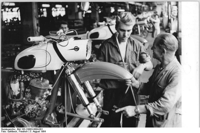Photos : l'usine MZ au fil des ans Bundesarchiv_Bild_183-C0803-0004-001%2C_Motorradwerk_Zschopau%2C_schwedische_Obersch%C3%BCler
