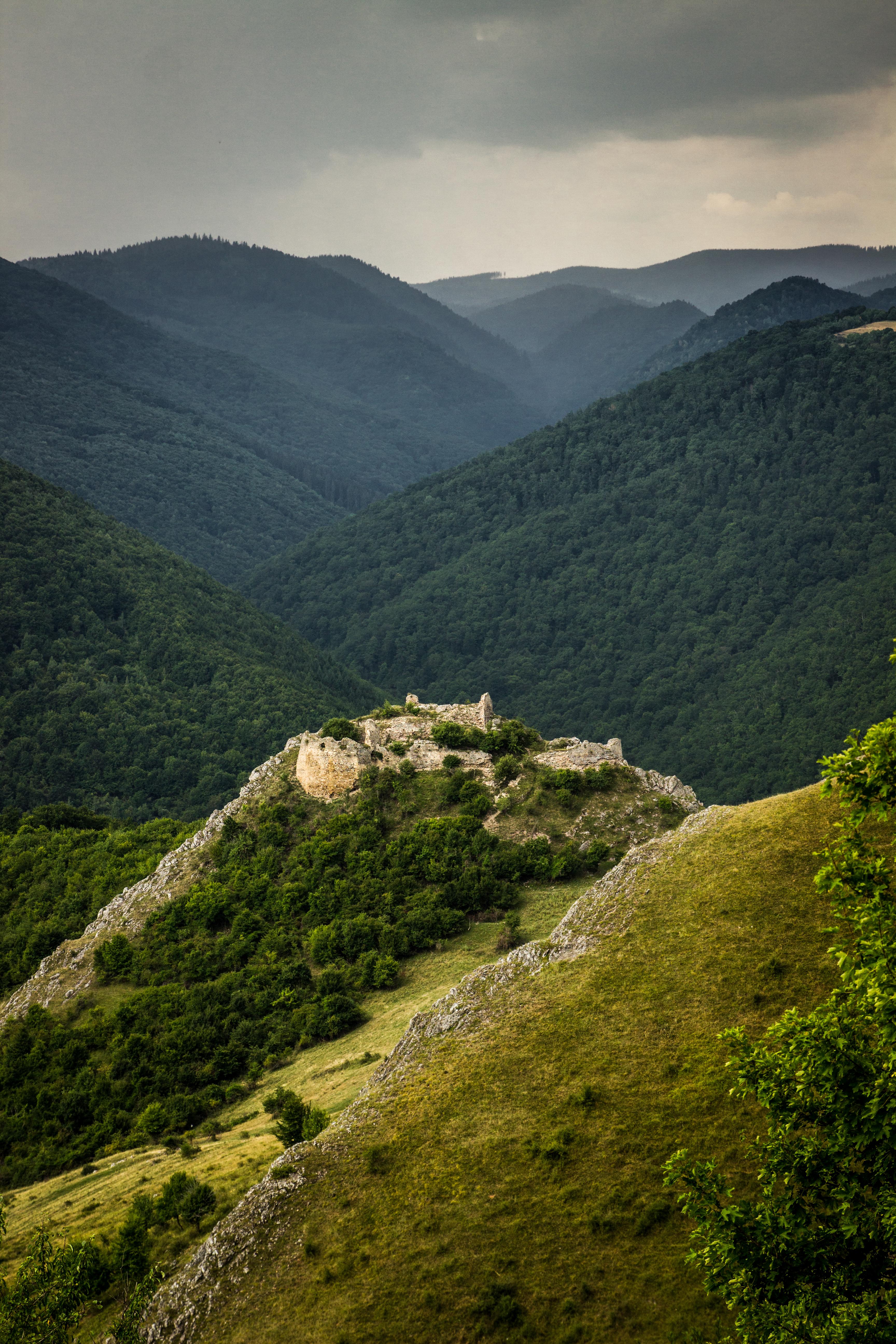 Cetatea Liteni, vedere Vestică cu Muntele Săcelului în depărtare.jpg