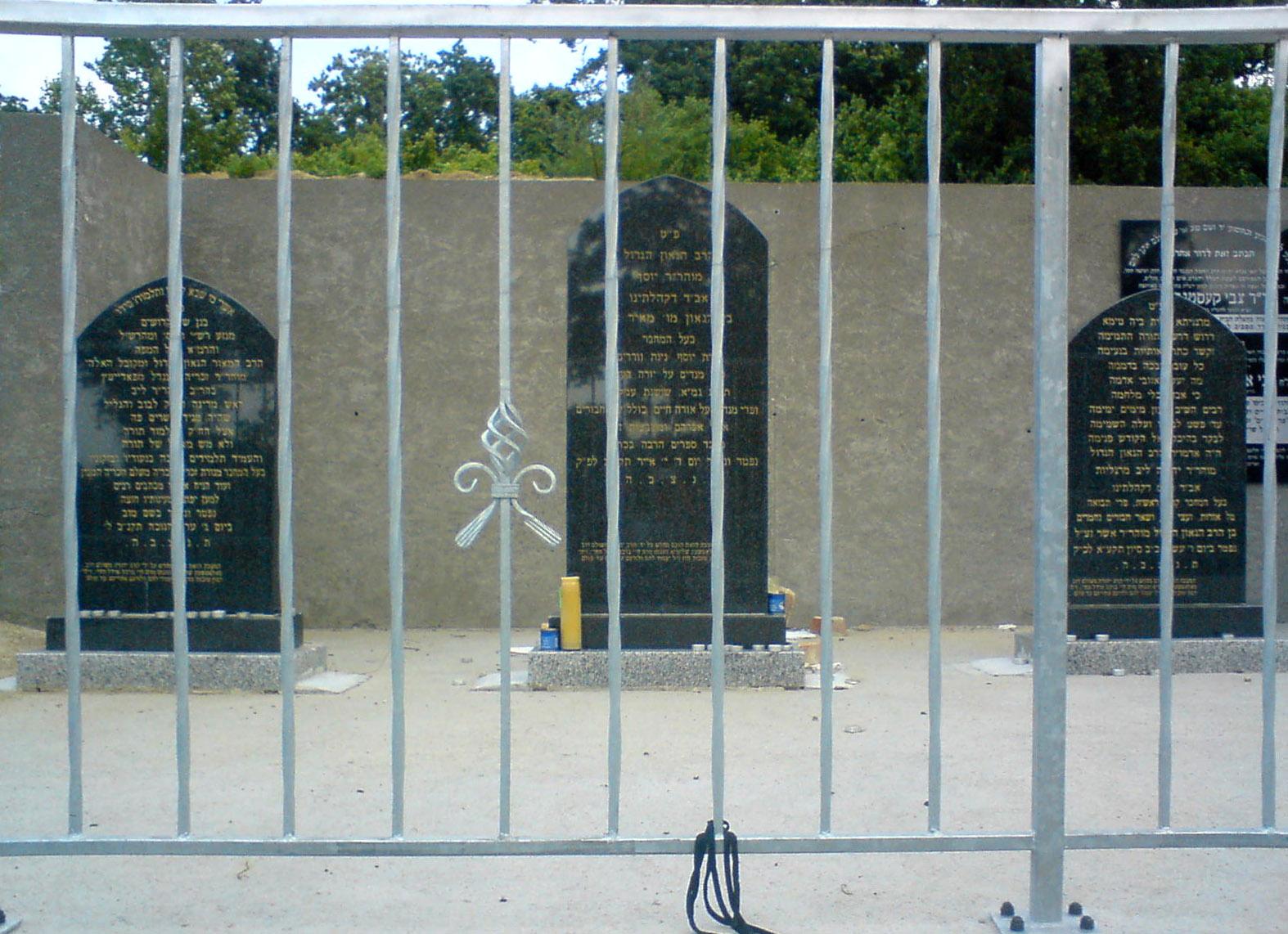 Cmentarz żydowski w Słubicach (od lewej macewy: von Podheiza, Theomima i Margaliota)