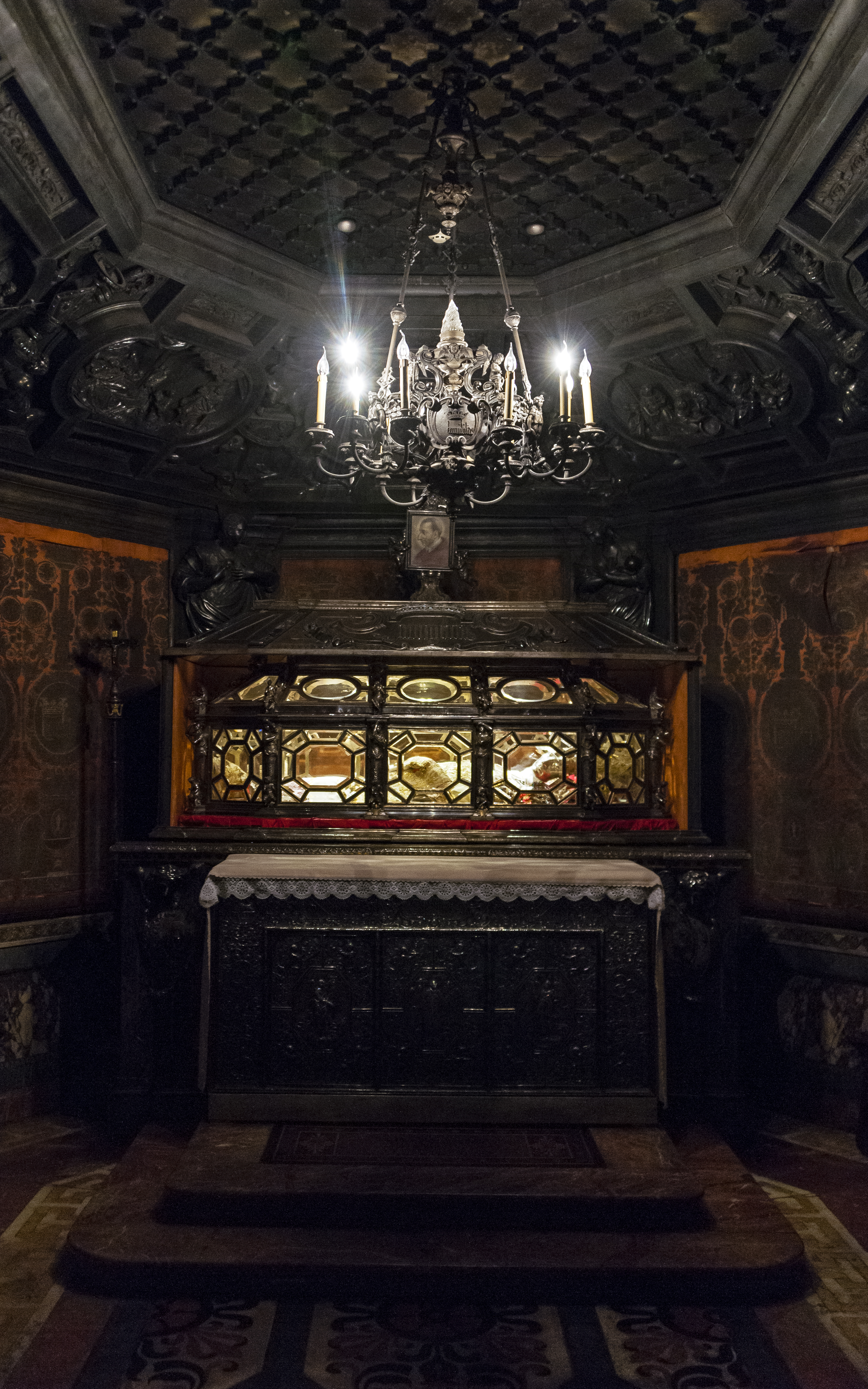File:Coffin Of St Charles Borromeo In Milan Duomo