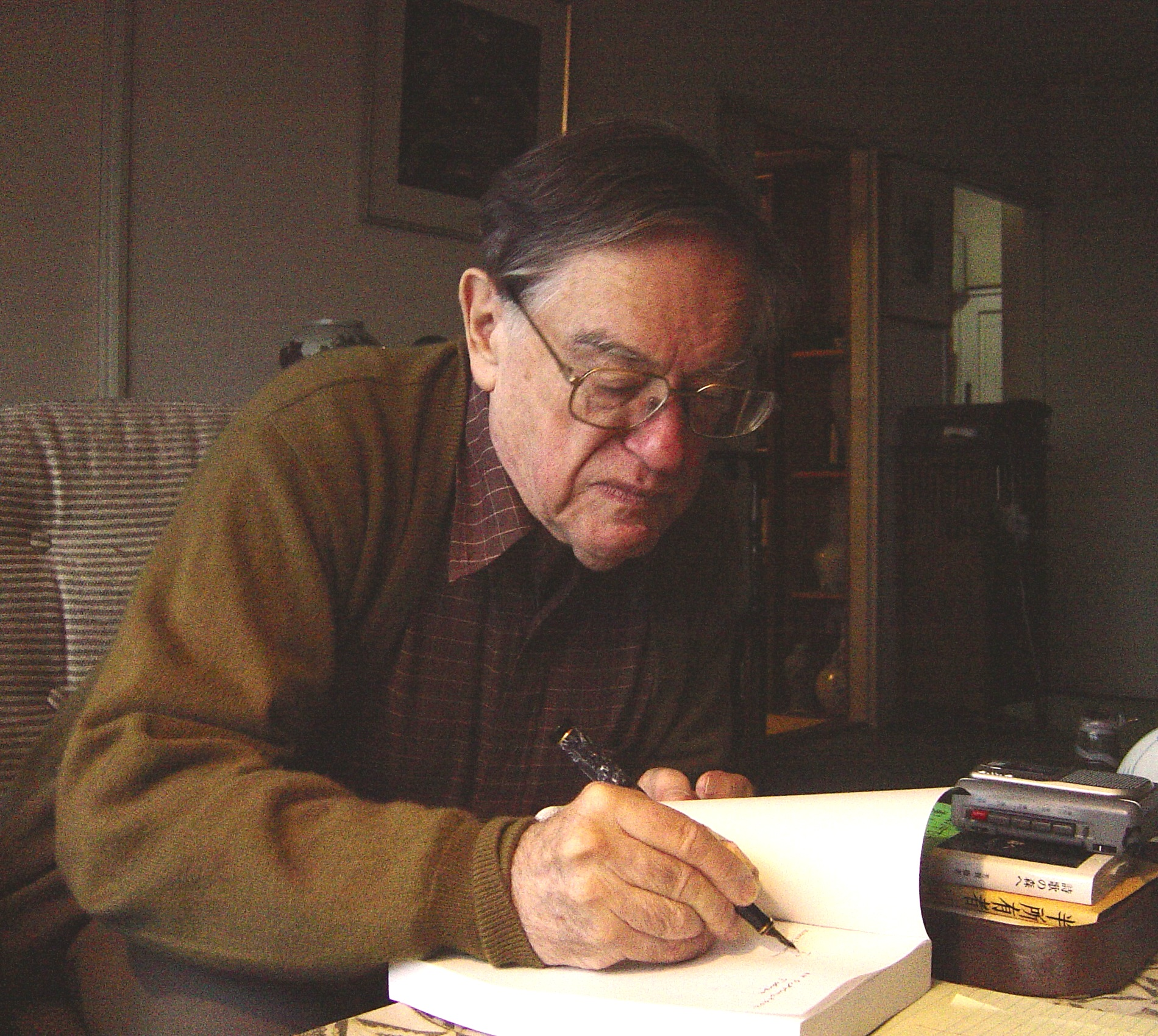 Donald Keene in his [[Tokyo]] home in 2002.
