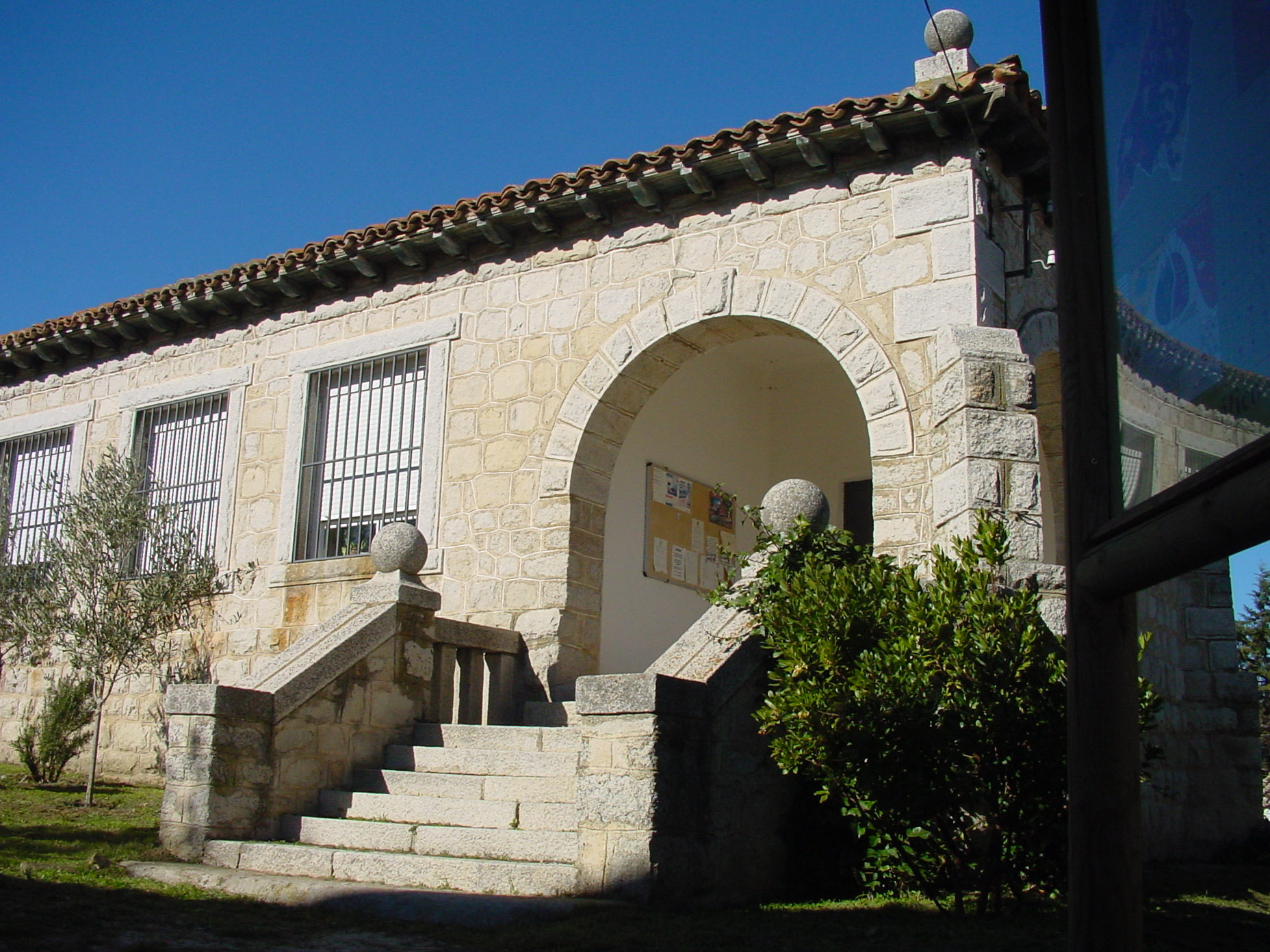 File fachada de piedra con arco y escalera en cabanillas - Piedra para fachadas de casas ...