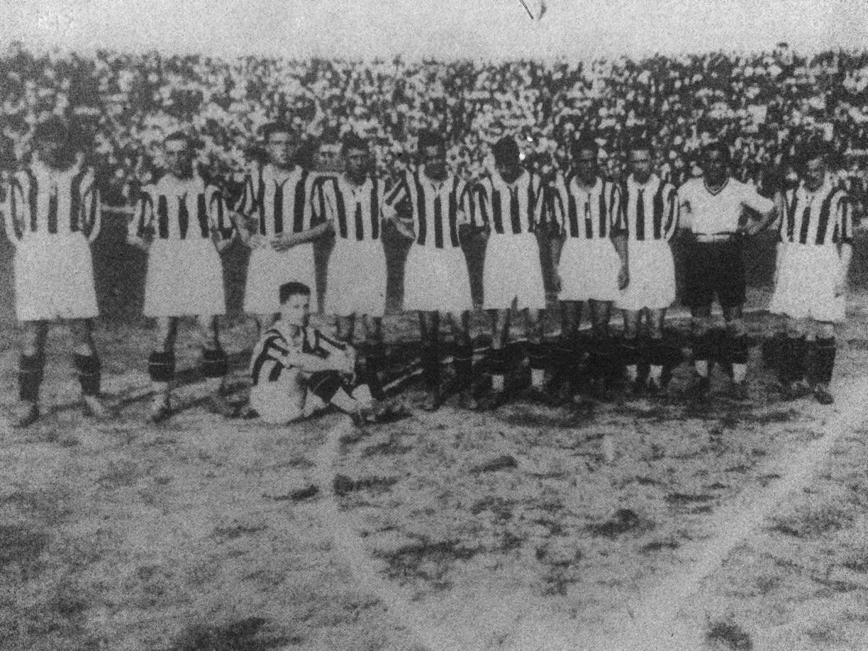 Galluzzi (standing, fifth from left) during the 1928–1929 season