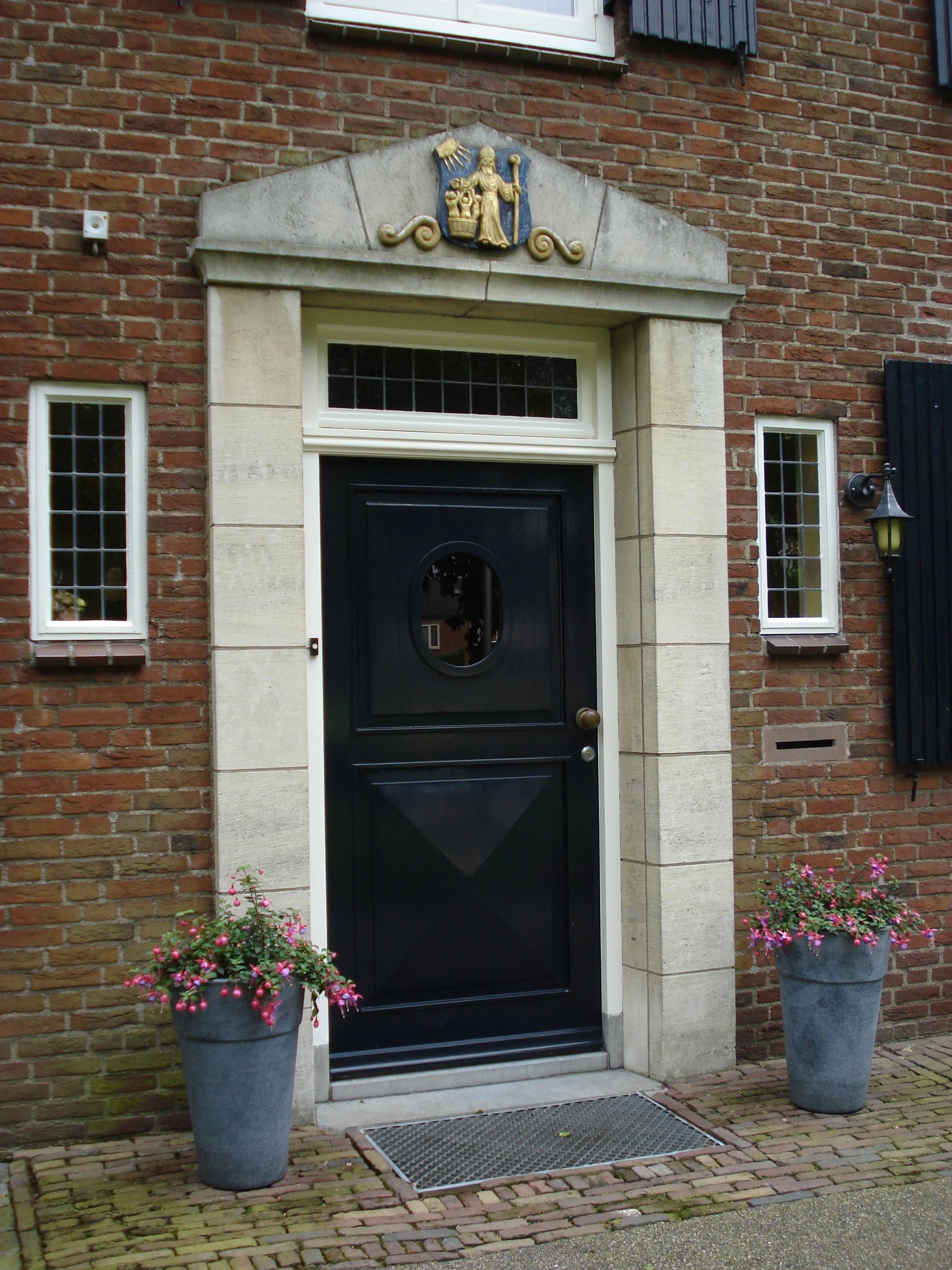 File haps blason sur la porte de l 39 ancien maison du maire jpg wikimedi - L encadrure de la porte ...