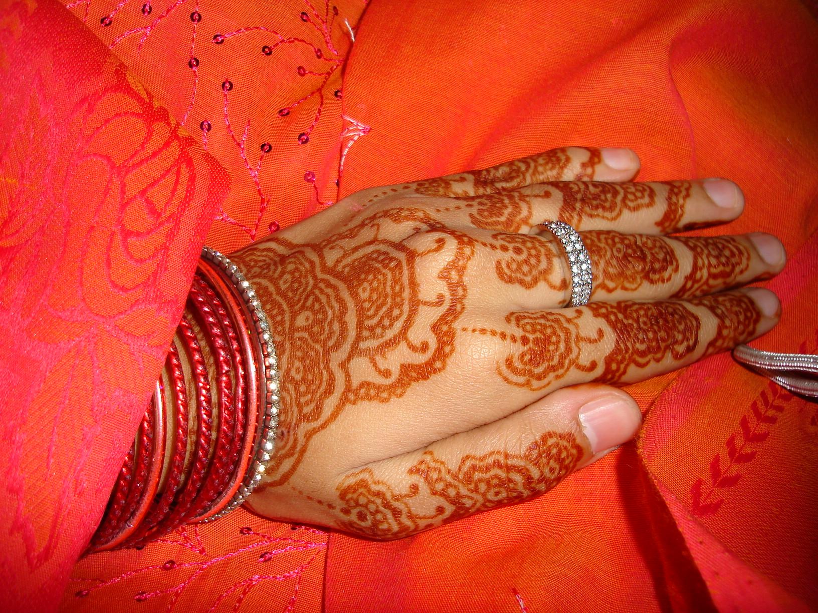 File:Henna decoration on palm prior to Islamic wedding.jpg ...