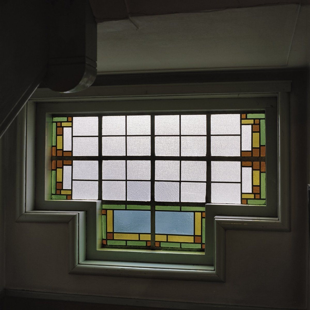 file interieur glas in loodraam in het trappenhuis tussen