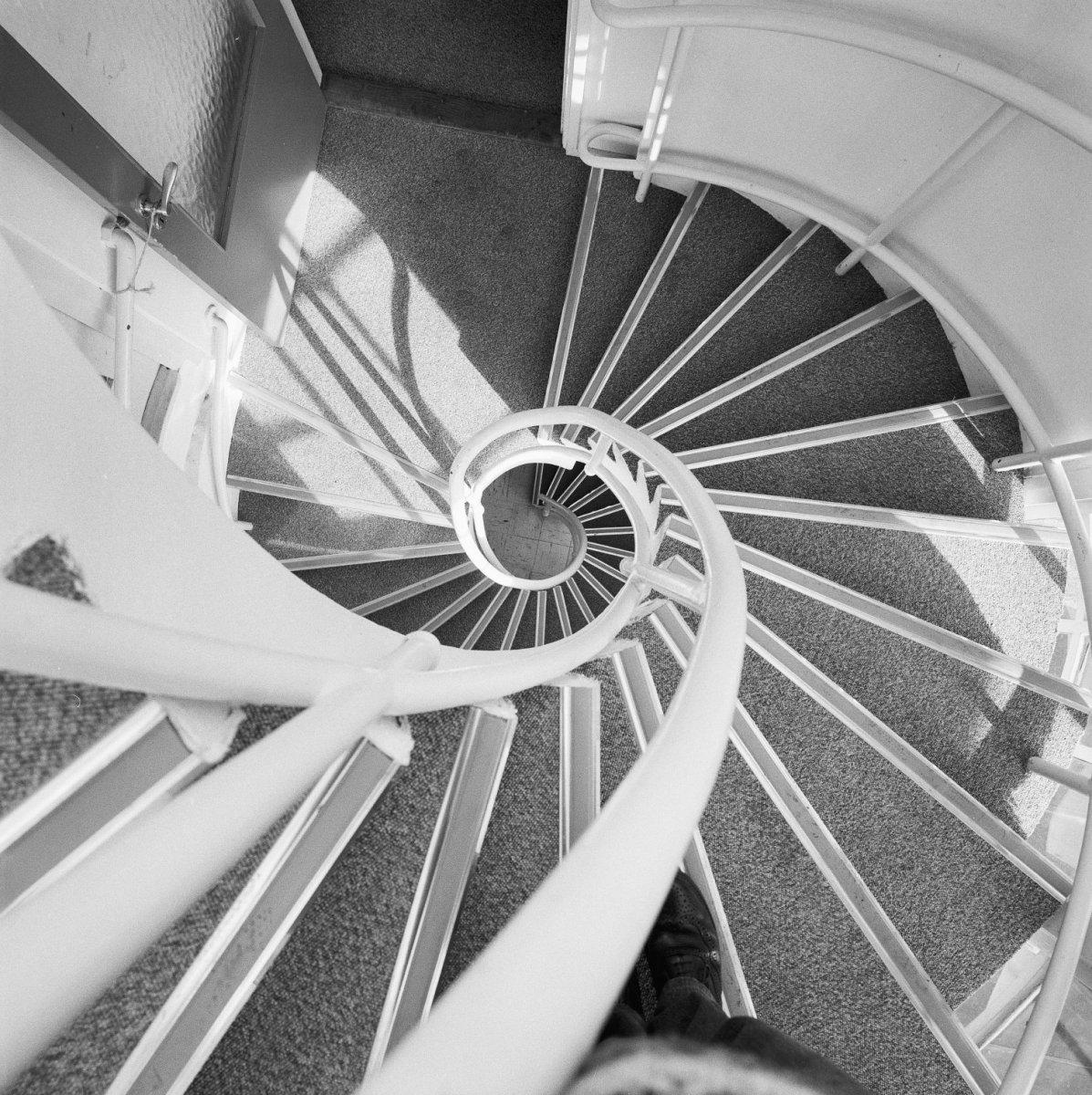 File interieur overzicht interne trappenhuis van boven naar beneden gefotografeerd wenteltrap - Decoratie van trappenhuis ...