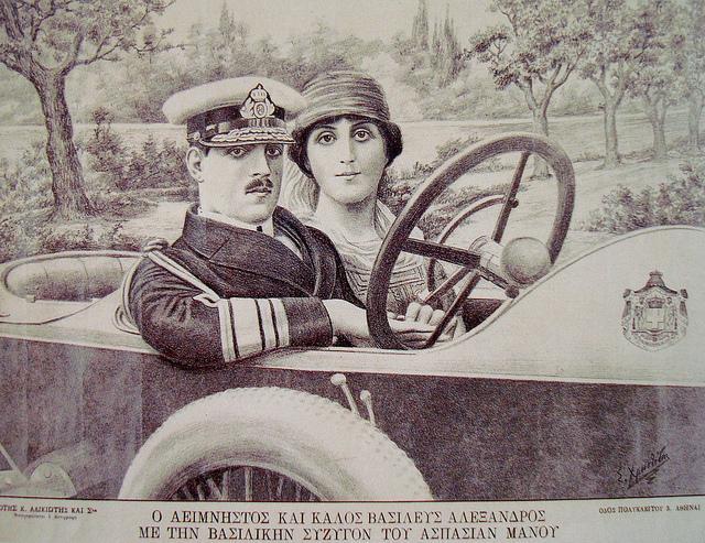 Alexandre Ier au volant d'une voiture avec son épouse Aspasía Mános.