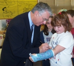 Congressman Manzullo signs a cast