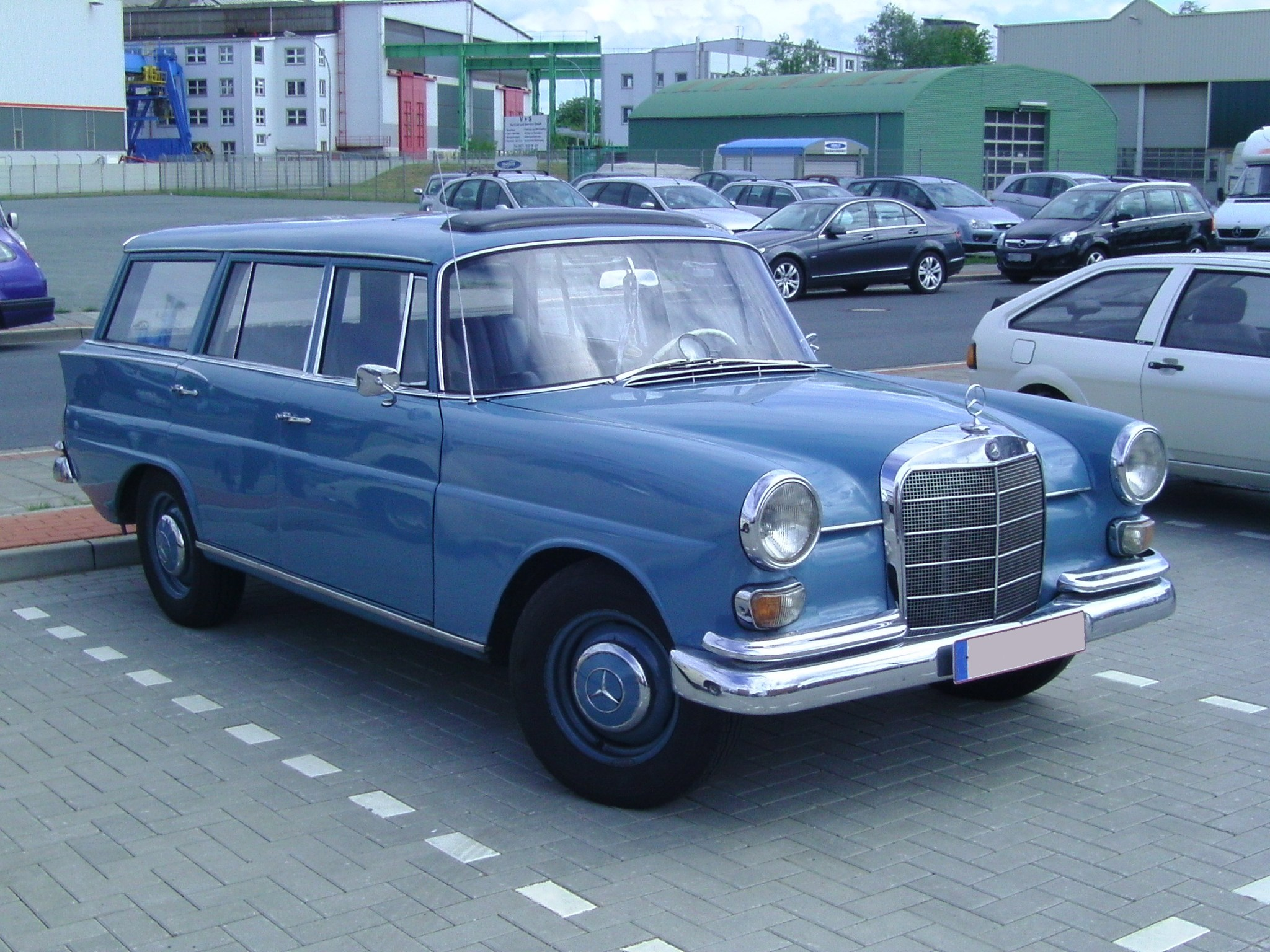 File mercedes benz w 110 wikimedia commons for Mercedes benz usa llc brunswick ga