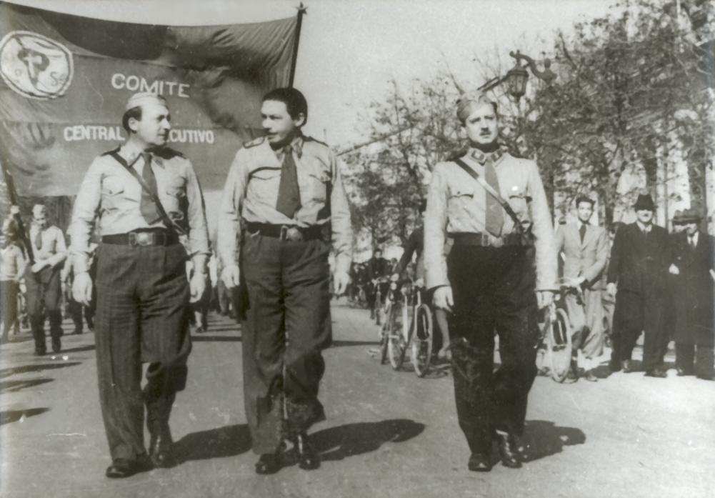 Rolando Merino Reyes, Oscar Schnake y Salvador Allende en una marcha del Frente Popular, el 9 de junio de 1940.