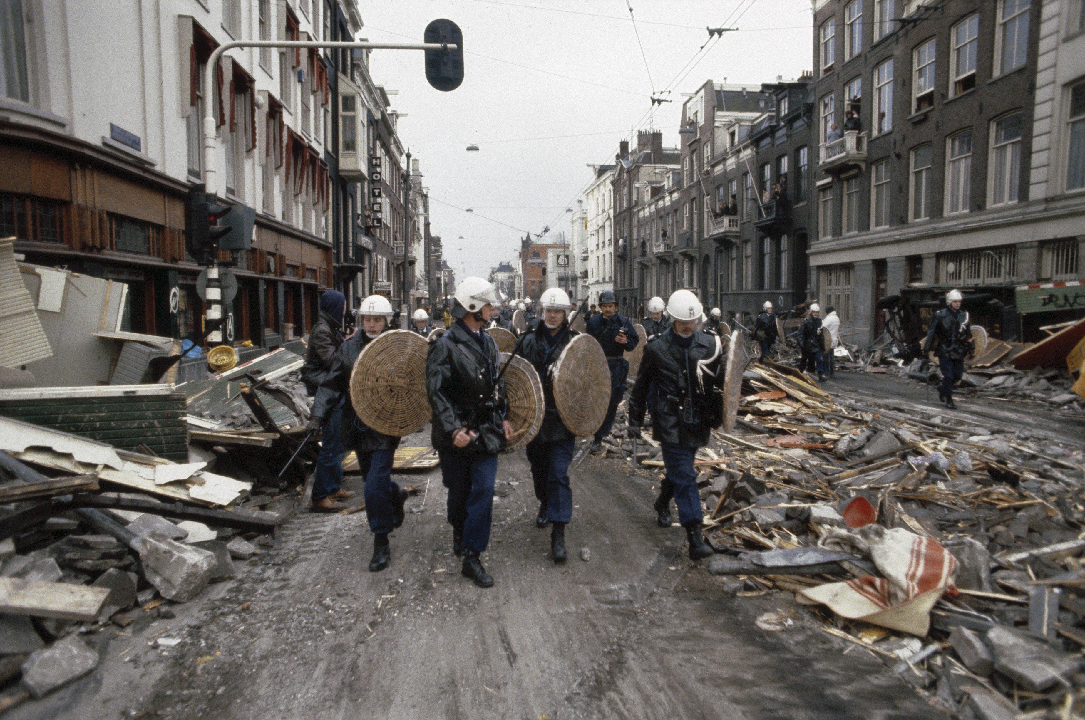 Mobiele_Eenheid_%2C_tanks_en_pantservoertuigen_ruimen_barricades_rond_kraakpand_in%2C_Bestanddeelnr_253-8156.jpg
