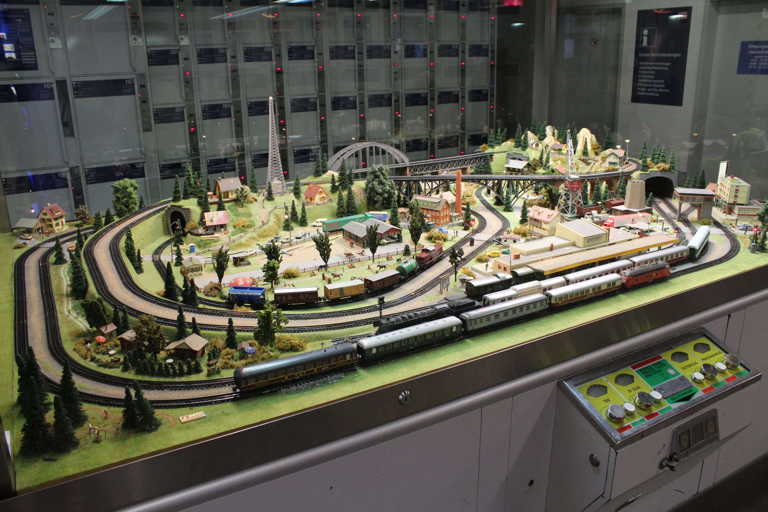 File:Model railroad layout displayed at the Dresden Hauptbahnhof ...