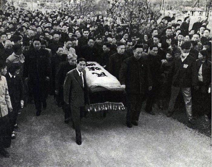 Move Lu Xun%27s casket.jpg