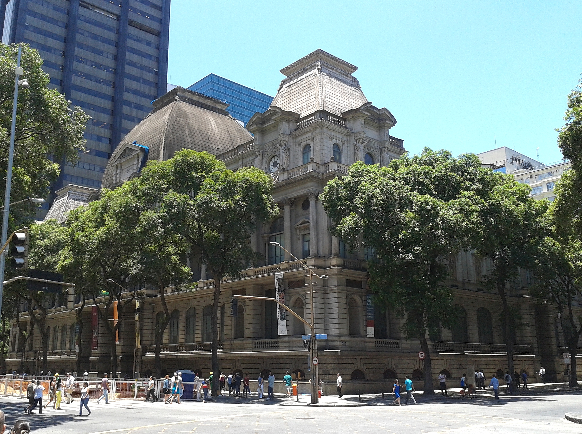 Fachada principal do edifício onde funciona o Museu Nacional de Belas Artes do Rio de Janeiro.
