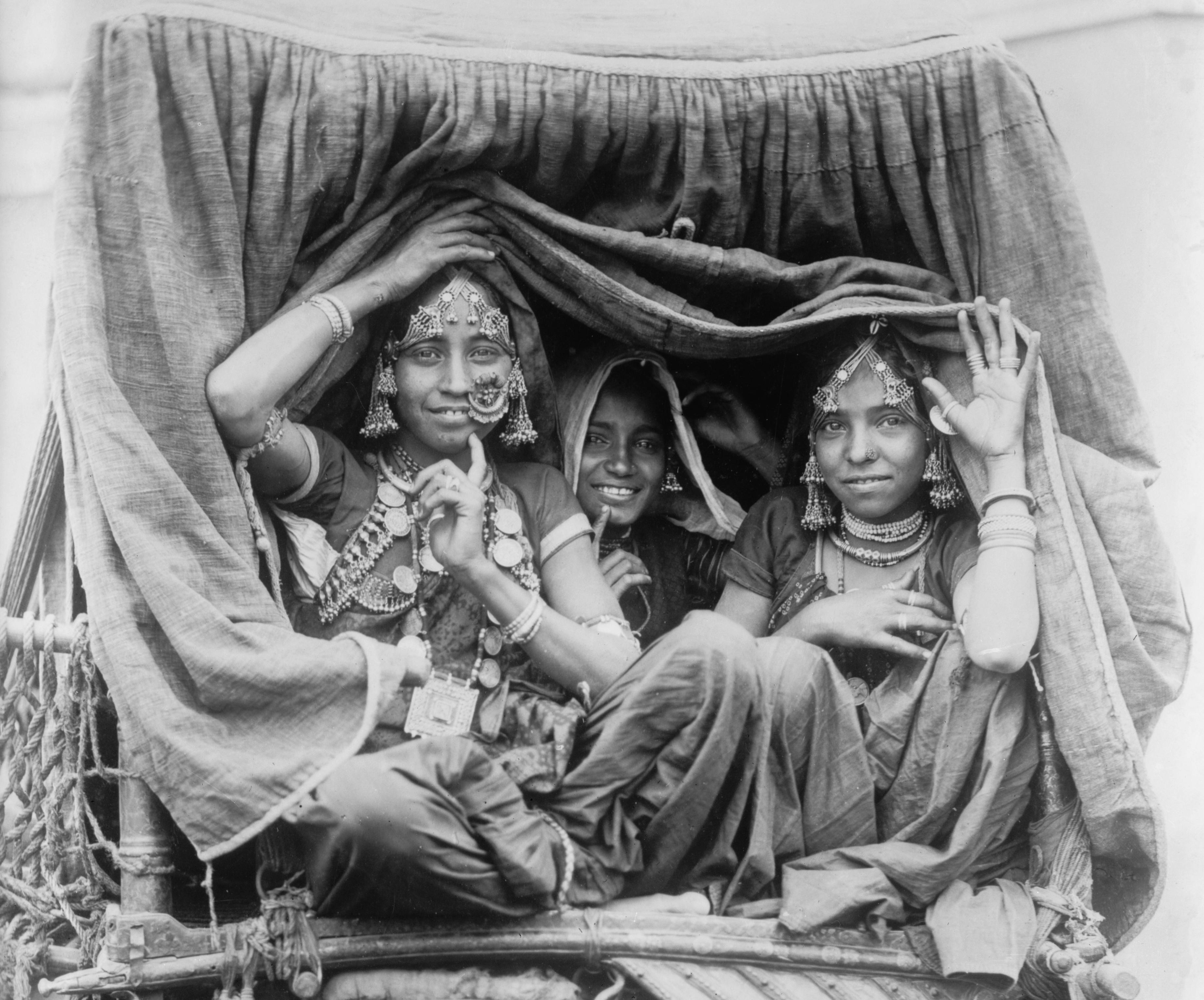1922 photo Nautch girls India Vintage Black /& White Photograph b8