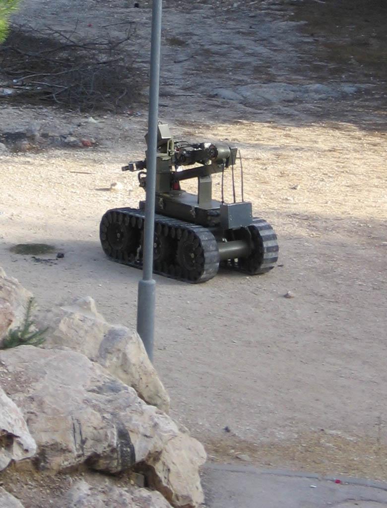 Roboter der israelischen Polizei bei der Untersuchung eines verdächtigen Gegenstandes