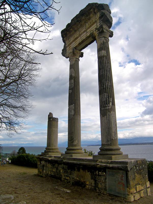 http://upload.wikimedia.org/wikipedia/commons/3/34/Roman_column_-_Nyon,_Vaud,_Switzerland.jpg