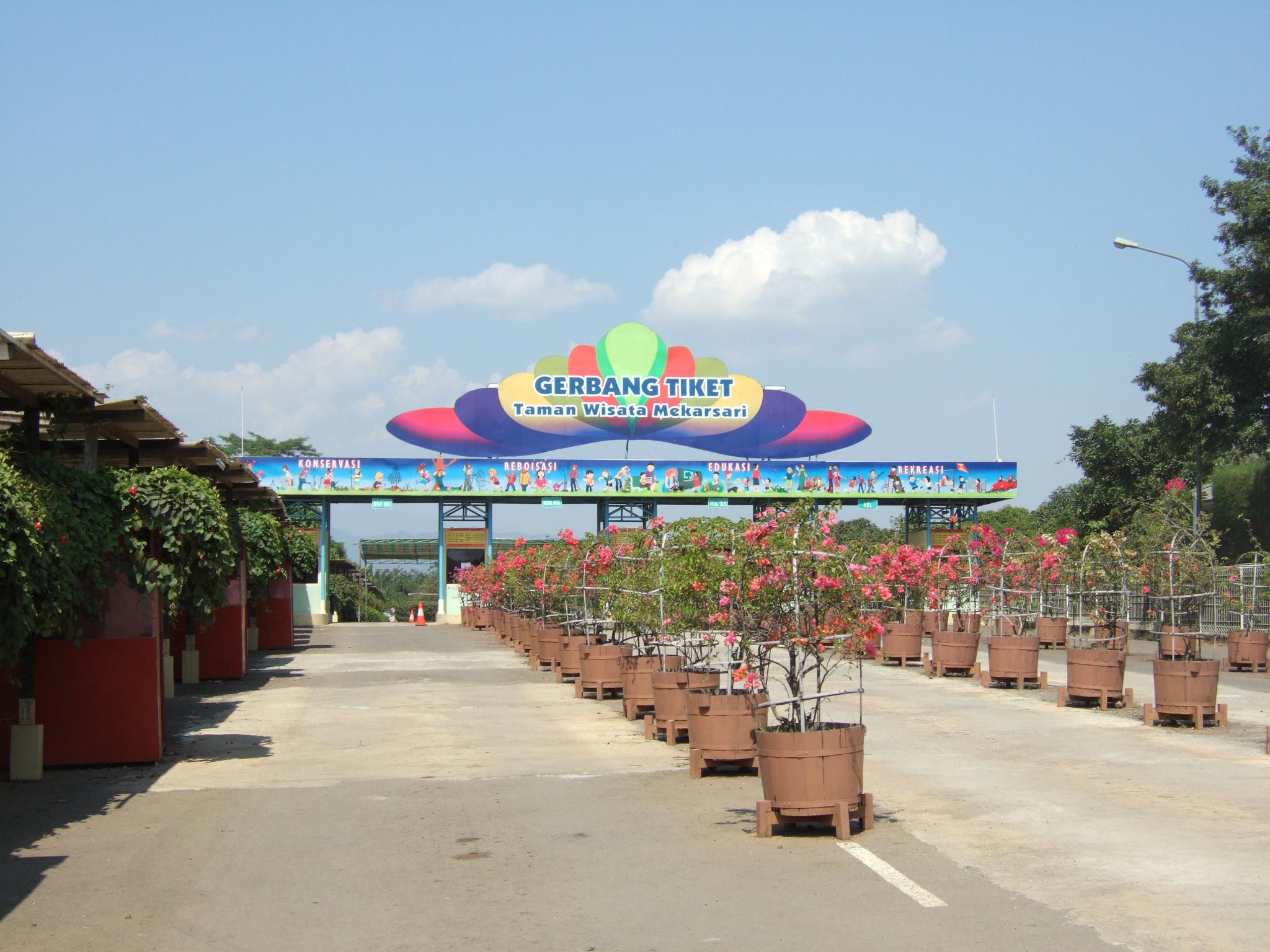 Deskripsi Taman Wisata Mekarsari main entrance.JPG
