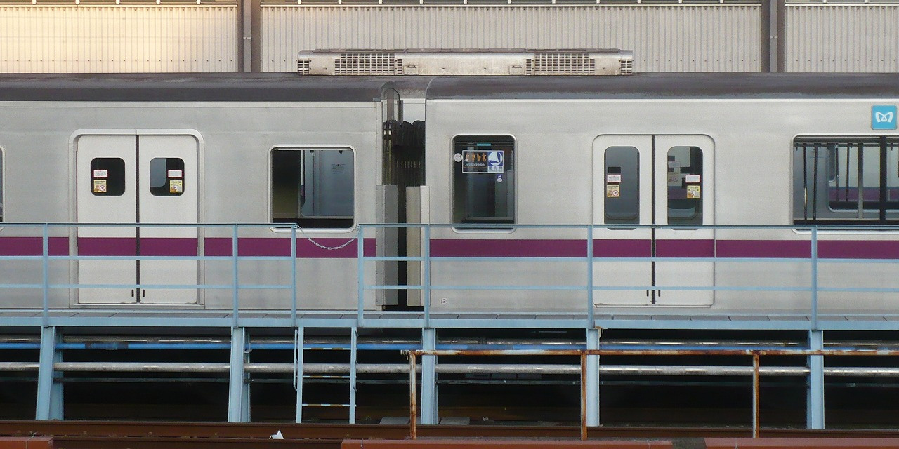 https://upload.wikimedia.org/wikipedia/commons/3/34/TokyoMetro8104-Side3.jpg