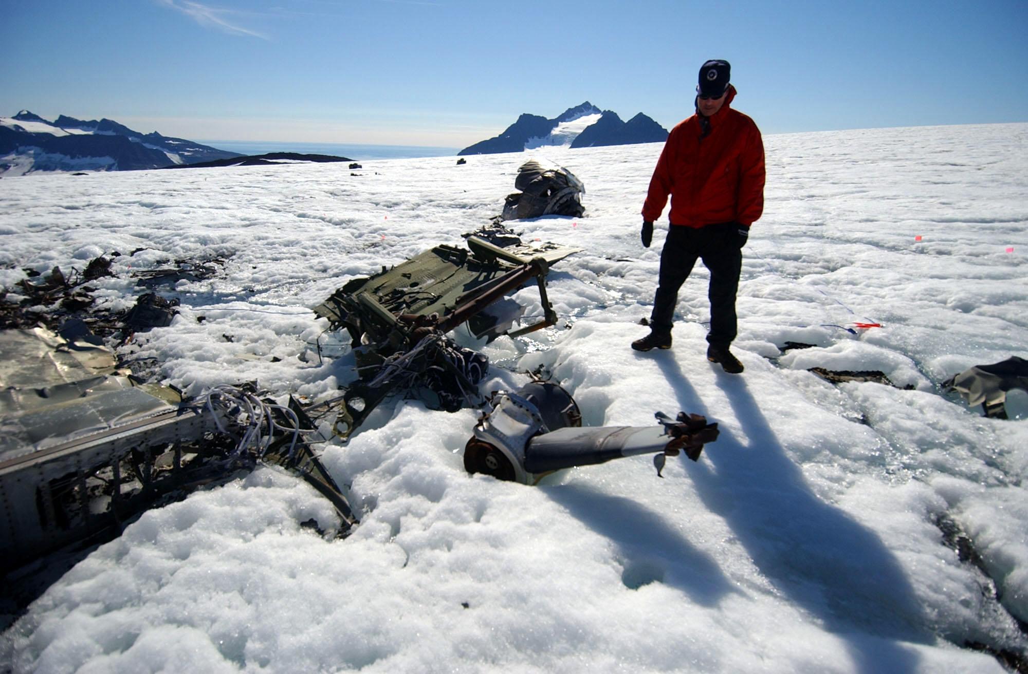 File:US Navy 040810-N-0331L-003 Chief Aviation Mishap
