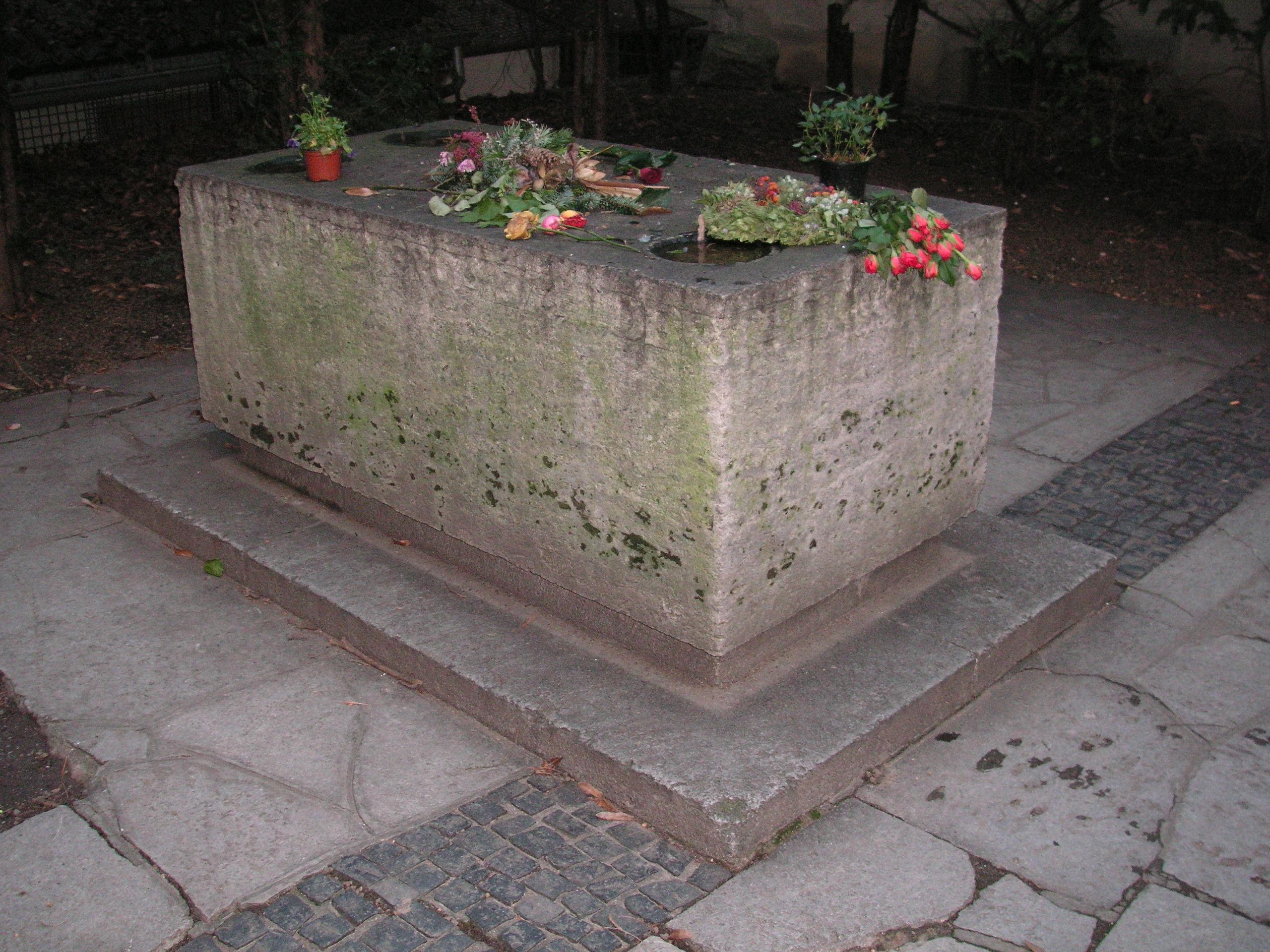 Gedenkstein für Walther von der Vogelweide im ehemaligen Kreuzgang des Neumünsters