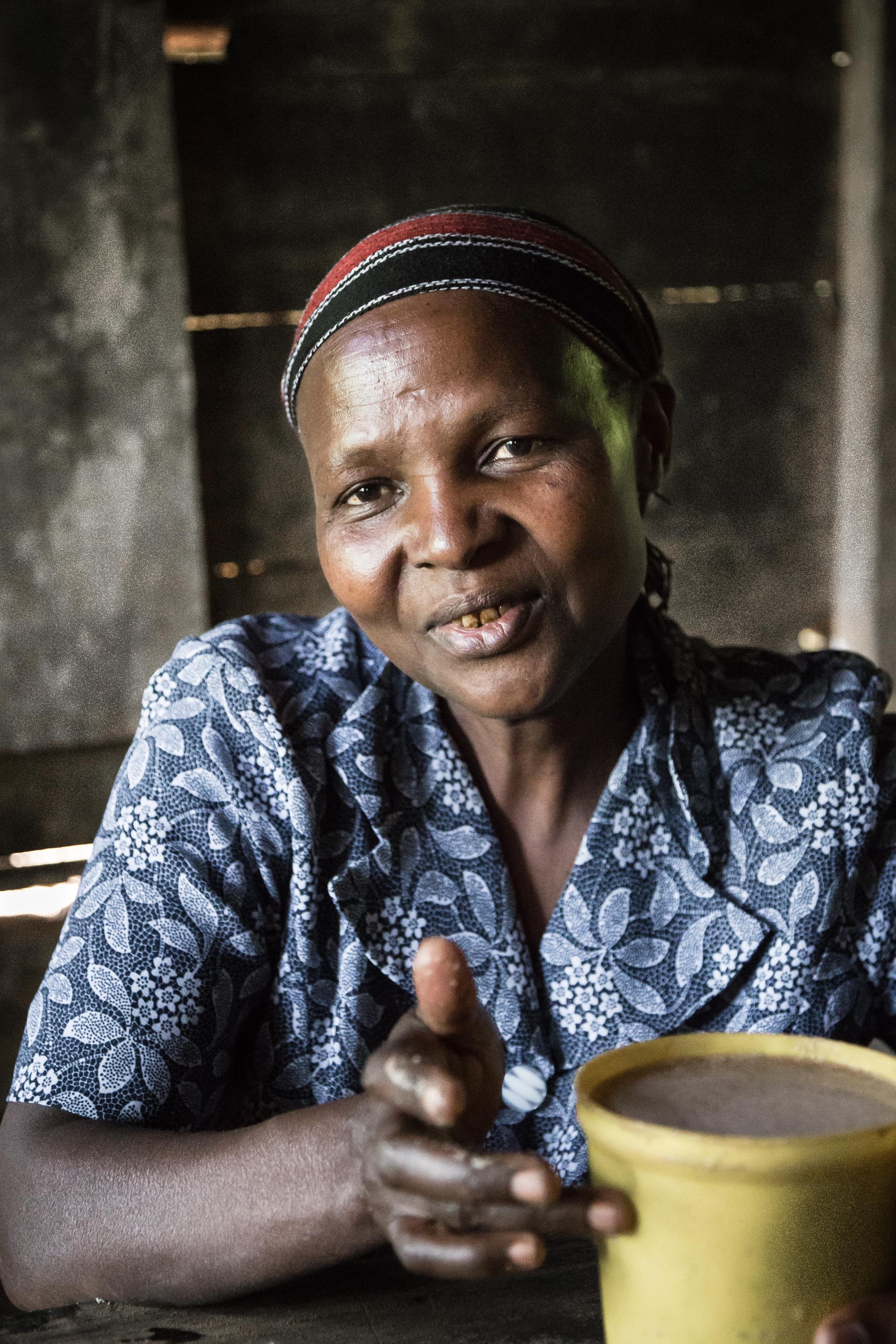 Femme vendant la bière traditionnelle de banane appelée Mbege en Tanzanie